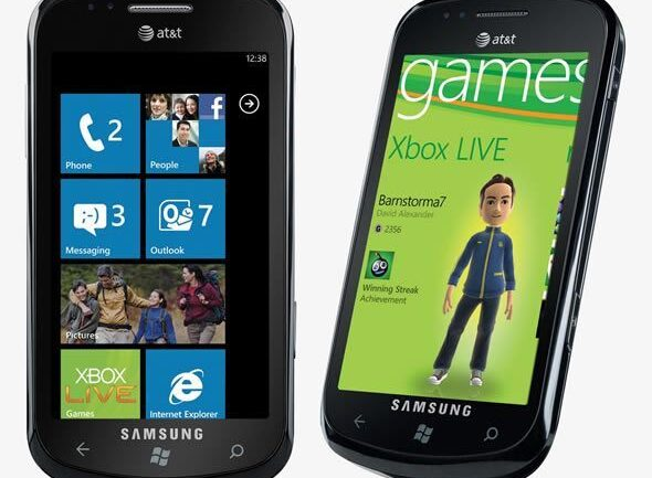 Windows Phone 7, menu principal (à gauche), Xbox Live (à droite)
